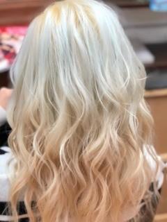 ホワイトブリーチカラーのヘアスタイル1